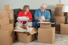 Starszy pary odpakowania lub kocowania chodzenia pudełka zdjęcia stock