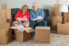 Starszy pary odpakowania lub kocowania chodzenia pude?ka zdjęcie stock