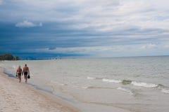 Starszy pary odprowadzenie na plażowej burzy jest przychodzić chmurzę Fotografia Royalty Free