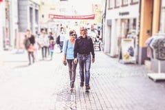 Starszy pary odprowadzenie Przez ulic Tuebingen Zdjęcia Royalty Free