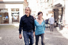 Starszy pary odprowadzenie Przez ulic Tuebingen Fotografia Stock