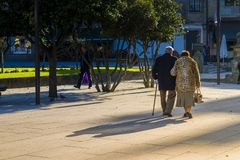 Starszy pary przespacerowanie przez jeden kwadraty miasto Pontevedra Hiszpania obrazy royalty free