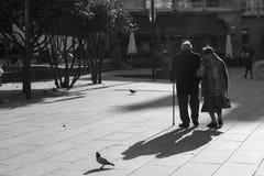 Starszy pary przespacerowanie przez jeden kwadraty miasto Pontevedra Hiszpania fotografia royalty free