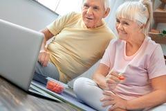 Starszy pary ćwiczenia opieki zdrowotnej dopatrywania wideo wpólnie w domu Fotografia Royalty Free