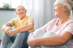 Starszy pary ćwiczenia opieki zdrowotnej odpoczynek wpólnie w domu Zdjęcie Royalty Free