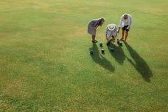 Starszy persons sprawdza odległość między boules dla resu zdjęcie royalty free