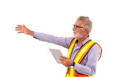 Starszy pracownika stary człowiek używa pastylki technologię prezentacja zdjęcia royalty free