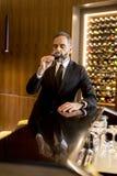 Starszy przystojny mężczyzna pije czerwone wino zdjęcie stock