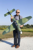 Starszy RC modeller i jego nowy samolot modelujemy Zdjęcia Stock