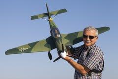 Starszy RC modeller i jego nowy samolot modelujemy Fotografia Stock