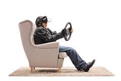 Starszy rowerzysta używa VR słuchawki i trzymający kierownicę Obraz Stock