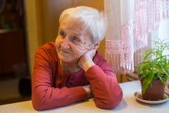 Starszy samotny starszy kobiety obsiadanie przy stołem Obraz Royalty Free