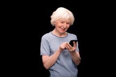 starszy smartphone używać kobiety obraz royalty free