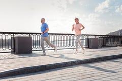 Starszy sportowy pary felling i bieg bóg themselves zdjęcia stock