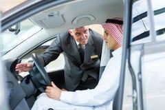 Starszy sprzedawcy samochód Obraz Royalty Free