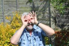 Starszy szczęśliwy figlarnie mężczyzna fotografia royalty free