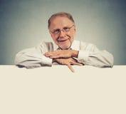Starszy szczęśliwy mężczyzna z pustej przestrzeni bielu sztandarem fotografia stock