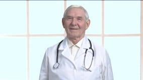 Starszy terapeuta z stetoskopem zbiory wideo