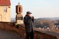 Starszy turysta w historycznym miasteczku zdjęcie royalty free