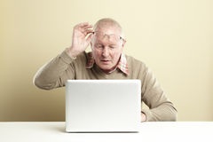 Starszy używać laptop Obrazy Royalty Free