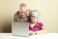 Starszy używać laptop Zdjęcia Royalty Free