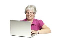 Starszy używać laptop Zdjęcie Royalty Free