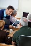 Starszy uczeń Pyta pytanie nauczyciel Na Cyfrowej pastylce Fotografia Stock