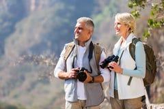 Starszy wycieczkowiczy cieszyć się plenerowy Zdjęcie Royalty Free