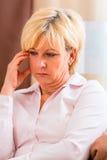 Starszy wzruszający czoło ma migrenę lub ból fotografia royalty free