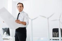 Starszy inżynier trzyma projekt w biurze Obrazy Stock