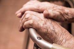 Starszych osob ręki na piechurze Zdjęcie Royalty Free