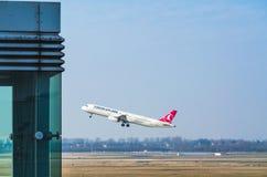 Start av en flygbuss A321 av Turkish Airlines på DÃ-¼sseldorfen Arkivfoton