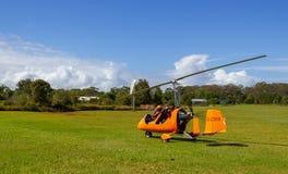 Start av en gyrocopter på ett gräsflygfält i den Bayron fjärden, Queensland, Australien royaltyfri fotografi
