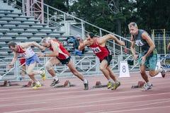 Start av gamala mäns 100 meter Arkivbilder