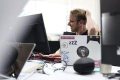 Start Bedrijfsmensen die aan Laptop werken Royalty-vrije Stock Foto's