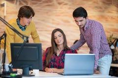 Start bedrijfsmensengroep die als team werken om oplossing aan probleem te vinden stock foto's