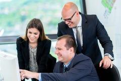Start bedrijfsmensengroep die als team werken om oplossing t te vinden royalty-vrije stock foto
