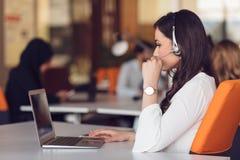 Start bedrijfsmensengroep die dagelijkse baan werken op modern kantoor Royalty-vrije Stock Foto's