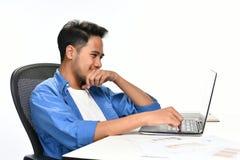 Start bedrijfsmensenzitting in ontspannen houding na het hebben van gemakkelijk gedaane het werk stock afbeelding