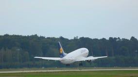 Start Boeings 737 von Frankfurt stock video footage