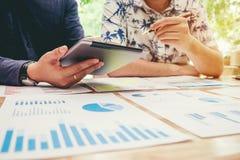 Start commerciële teamvergadering die aan digitale tablet nieuwe busi werken royalty-vrije stock afbeelding