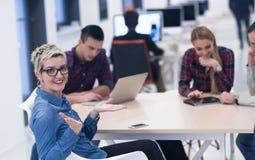 Start commercieel team op vergadering op modern kantoor Royalty-vrije Stock Afbeeldingen