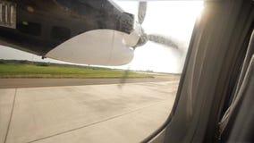 Start in de vliegtuigen van de hemel commerciële schroef Mening van Venster stock videobeelden