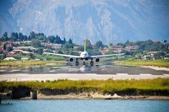 Start des Jets von Korfu-Flughafen, Griechenland Stockfoto