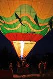 Start för ballong för varm luft som flyger i aftonhimmel Arkivbild
