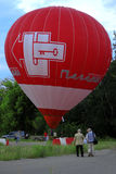 Start för ballong för varm luft som flyger i aftonhimmel Fotografering för Bildbyråer