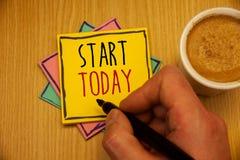 Start för textteckenvisning i dag Det begreppsmässiga fotopåbörjandet börjar just nu det inspirerande Motivational phraseMan skap royaltyfri bild