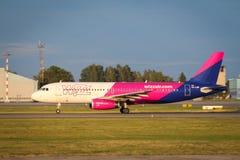 Start för Wizzair flygbuss A321 från den Riga flygplatsen arkivbild