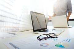 Start het commerciële team brainstroming analyseren en het samenkomen aan plani Royalty-vrije Stock Foto's