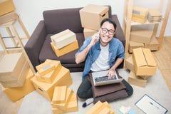 Start het kleine bedrijfsondernemersmkb of het freelance Aziatische mens werken stock foto's